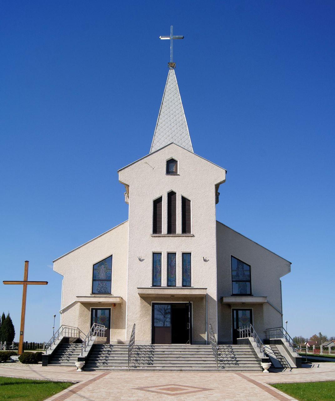 Widok zewnętrzny na kościół pw. Matki Bożej Nieustającej Pomocy w Nizinach